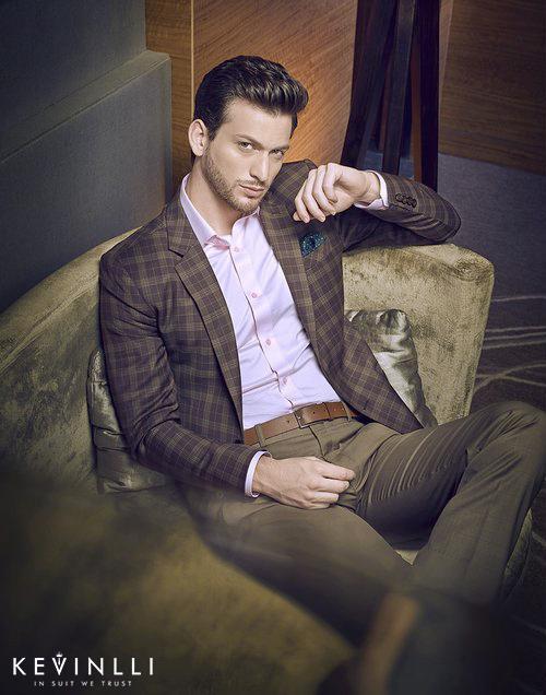 áo sơ mi cho người gầy với bộ suit lịch sự